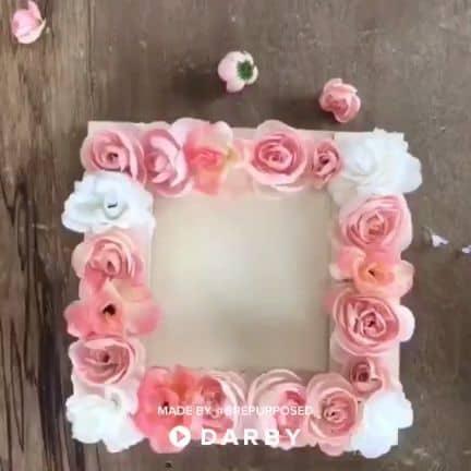 DIY Floral Frame for Mother's Day #artsandcrafts #diyproject #homedecor #darbysmart