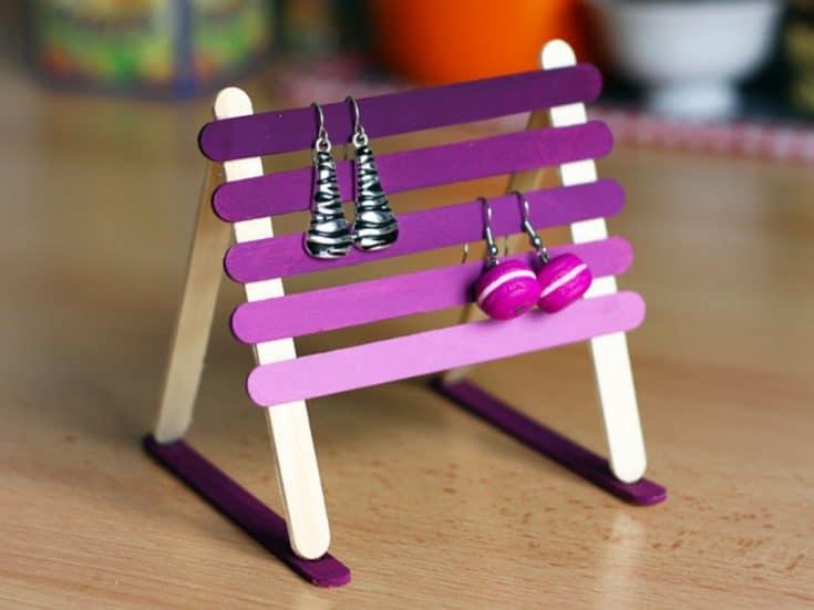 Fabriquez un support à boucles d'oreilles en recyclant des bâtons de glace, pour...